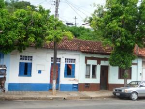 Série de casas germinadas que pertenciam aos trabalhadores da Estação de Trem da Mogiana em Socorro – SP. Vemos as transformações que elas foram sofrendo com os anos e sucessivas reformas sem a preocupação de preserva-las.