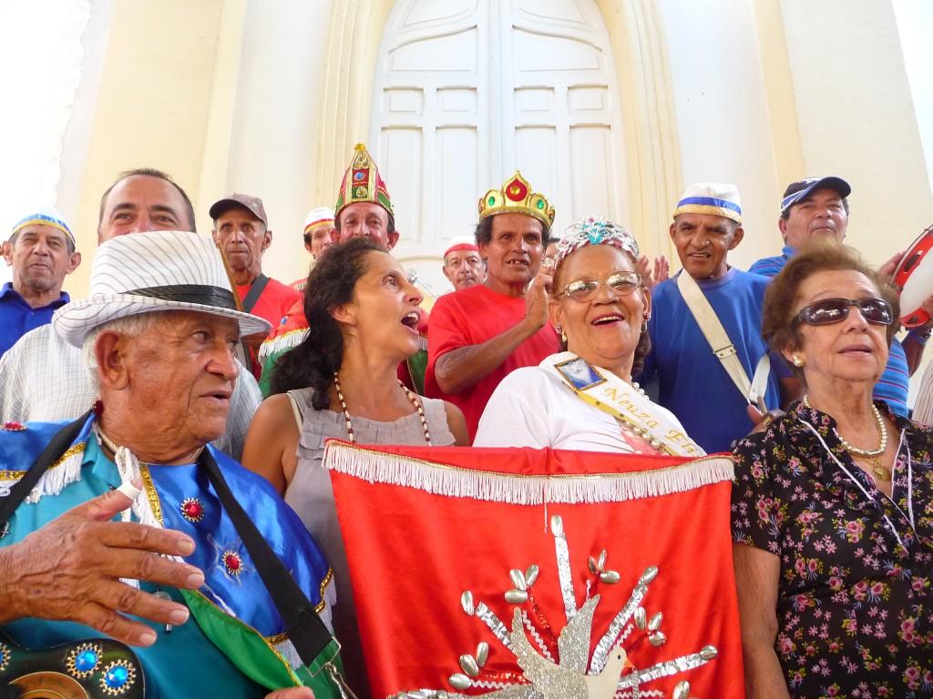 Mestra Dona Leonor (a esquerda), recebendo uma homenagem da Congada de São Benedito e Divino Espírito Santo de Socorro - SP.